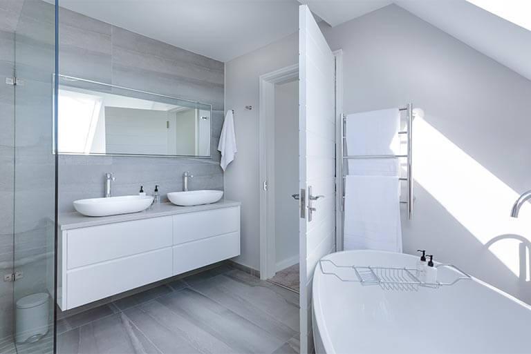 Wir sorgen dafür, dass das Wasser in Badewanne, Dusche und Waschbecken wieder abfließen kann.